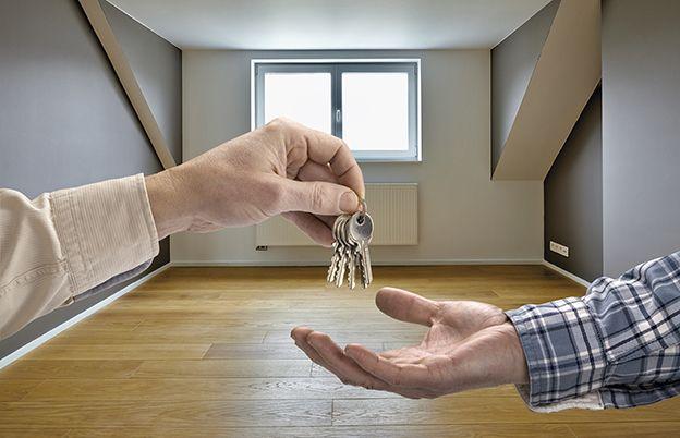 Echange des clefs d'une maison entre un vendeur et un acheteur